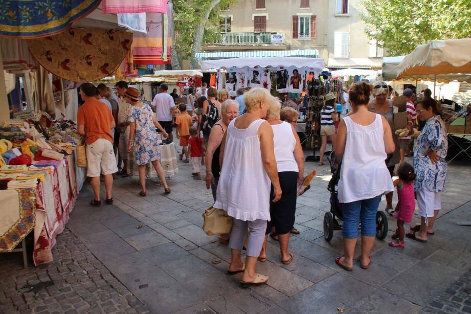 Un décor provençal, sous une ombre bienvenue pour des produits typiques, mais pas seulement.