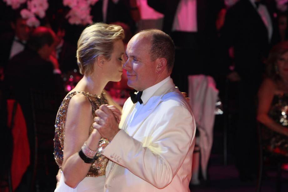 Charlène et le Prince Albert II dansent lors du 64e Gala de la Croix Rouge Monégasque.