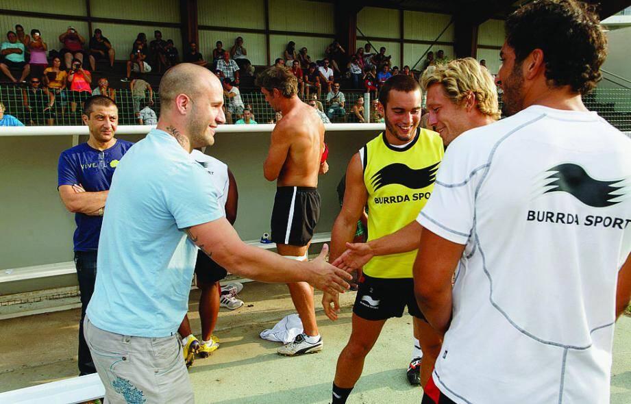 Frédéric Michalak a été salué par Alexis Palisson, Jonny Wilkinson et Maxime Mermoz, hier soir à son arrivée à Toulon.
