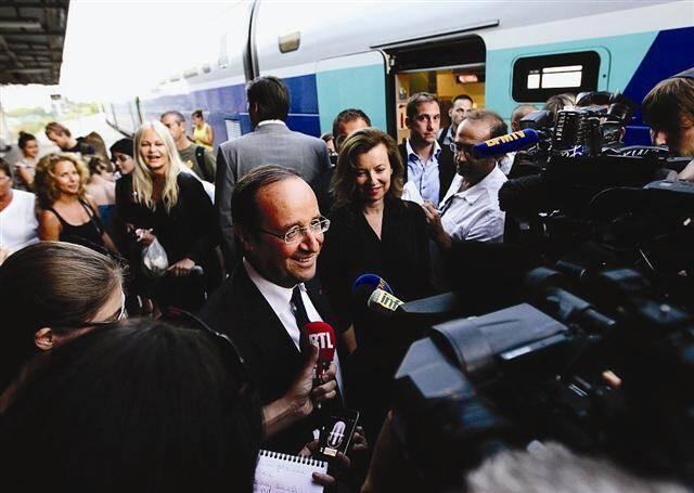 François Hollande et sa compagne, Valérie Trierweiler, sont arrivés à 20h38 à la gare de Hyères à bord d'un TGV.