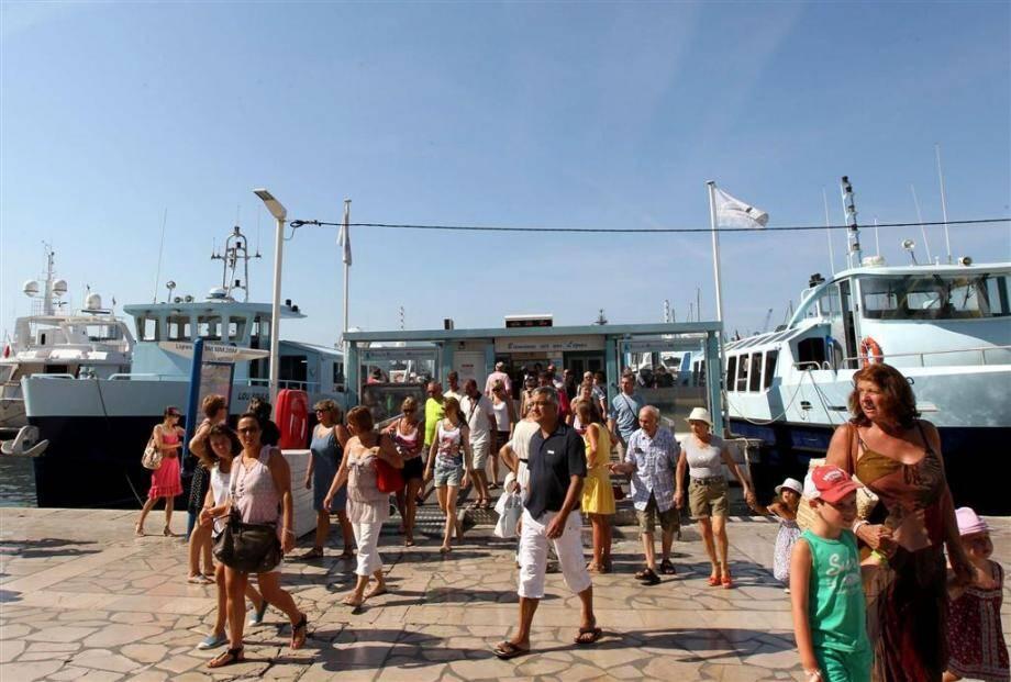 Parmi les activités plébiscitées par les vacanciers, figurent les visites de la rade grâce aux navettes maritimes et l'incontournable découverte de la ville en petit train.