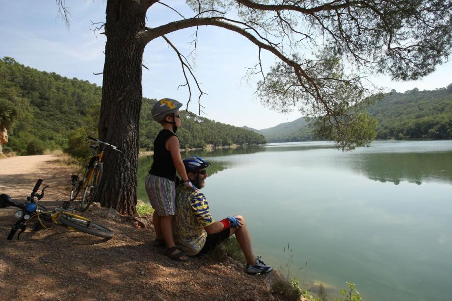 Baigneurs, kayaks, pédalos... La plus grande retenue d'eau du Var interdite à la baignade suscite des envies aquatiques, dont l'intérêt serait aussi touristique et économique. Une gageure?