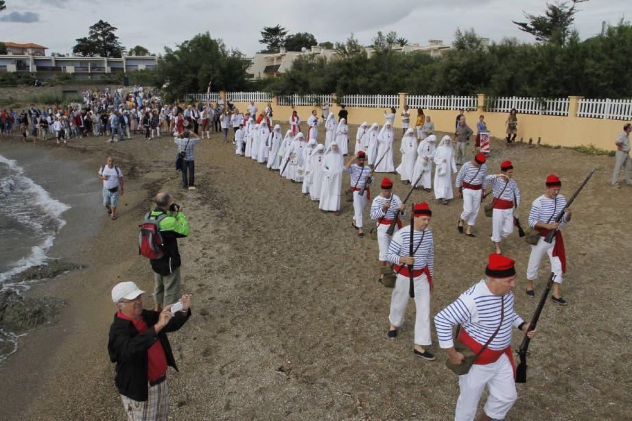 Les bravadeurs ont rythmé la procession à coups de tromblon pendant que le public venait saluer la procession. La fête organisée par le syndicat d'initiative et l'église a suscité la curiosité des estivants.