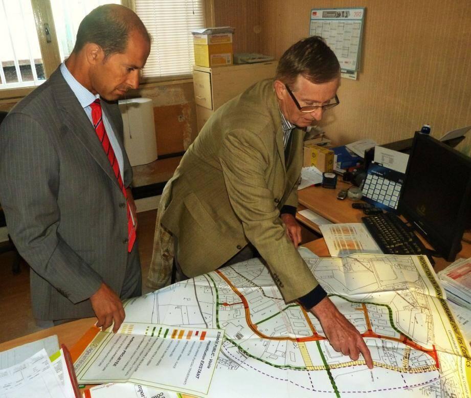 Avant d'emmener Raymond Yeddou visiter les entreprises des Consacs, Yvon Coëffic lui a présenté un plan de la zone, sur lequel apparaît notamment la voie principale qui doit prochainement être refaite.