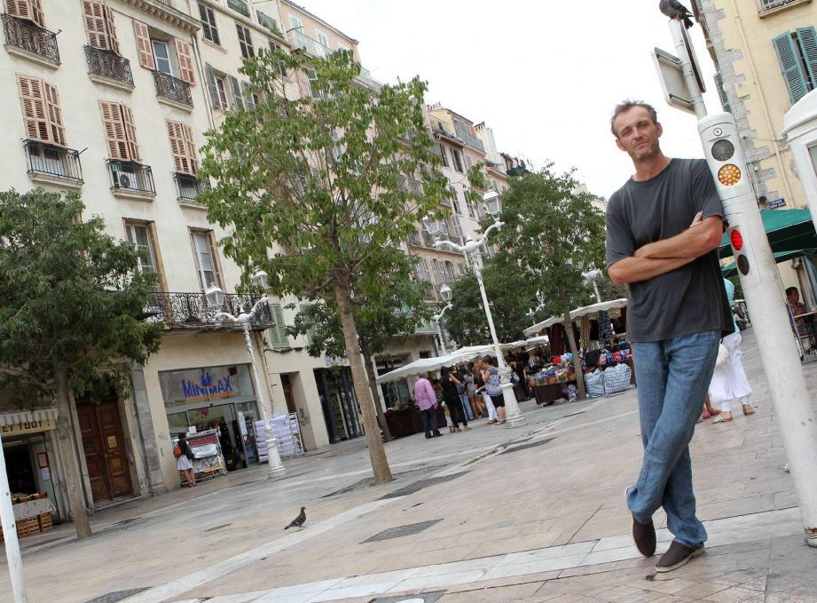 Rémi Kerfridin livre un premier roman policier, dont la ville de Toulon, jamais innocente, ne ressort pas indemne.