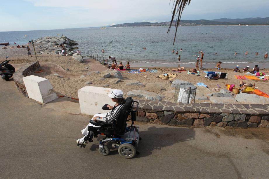 Sur l'handi-plage de Saint-Raphaël, se baigner peut relever du parcours du combattant quand on est en fauteuil. Rachid en a fait l'expérience avec Marwan, son fils.