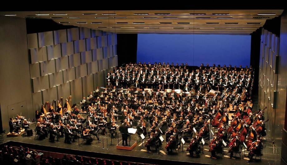 Orchestre et chœur sur la scène du Grimaldi Forum.