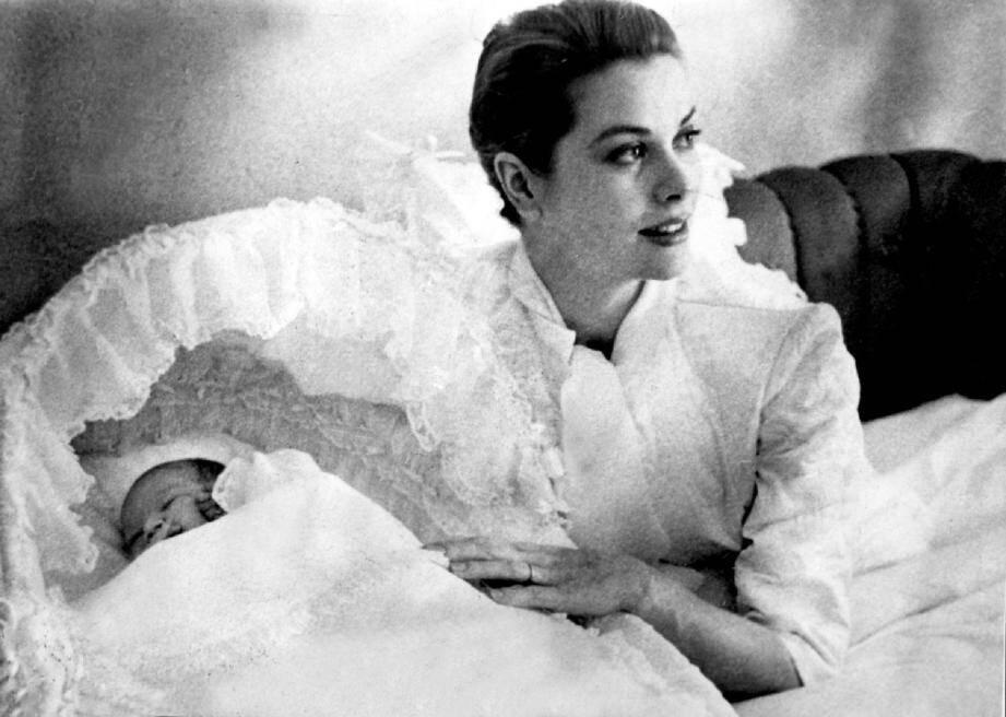 Janvier 1957 : la princesse Grace donne naissance à son premier enfant, la princesse Caroline. L'actrice endosse le rôle de mère.