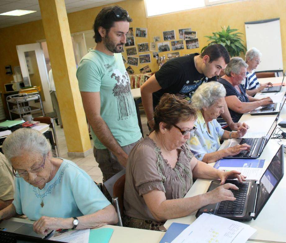 En plus des animations de Dolores Médina, qui intervient les lundis et jeudis, les résidents du foyer des Mûriers bénéficient depuis le mois de mai d'un cours d'informatique tous les mardis après-midi, grâce à Grégory et Romain de l'association Amitié Massillon.