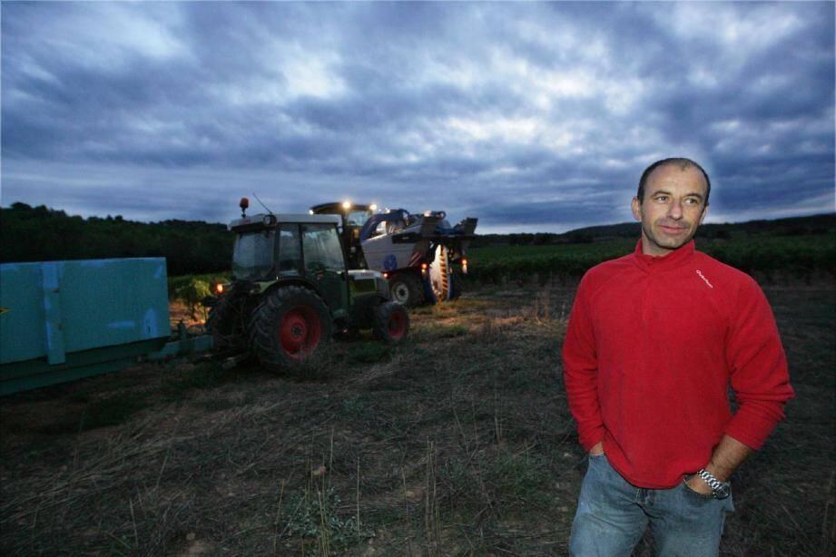 Depuis 2004, Éric Audibert, son salarié Bruno et tous les autres coopérateurs des caves du Commandeur à Montfort se lèvent avant même l'aurore pour récolter leur raisin.