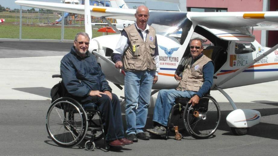 De droite à gauche : Alain Bouberka, élève pilote, G. Amigoni, son instructeur, et Jean-Louis Boilot, président de l'association Handi-Flying.