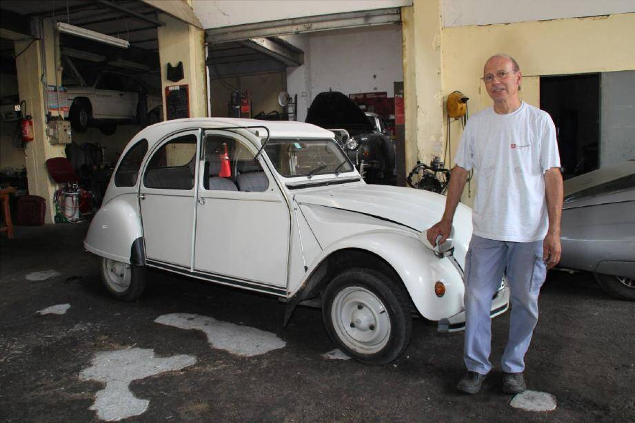 Michel Picard dans son garage du boulevard des Martyrs de la Résistance.