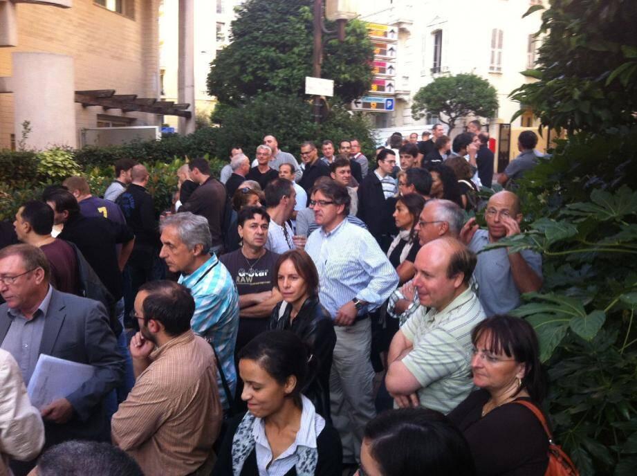 Hier, peu après 9 heures, de nombreux salariés de Mécaplast ont accompagné les douze délégués du personnel venus en rendez-vous à l'inspection du Travail pour défendre les conditions de départ des collègues touchés par le plan social.