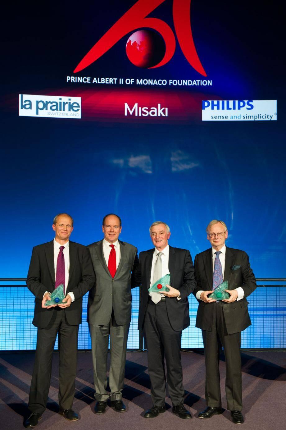 Le prince Albert II entouré des trois scientifiques lauréats.