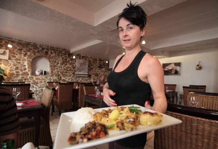 Isabelle Chapuis, présentant un des trois plats du jour d'hier, un copieux émincé de poulet au curry, avec ses petits légumes.
