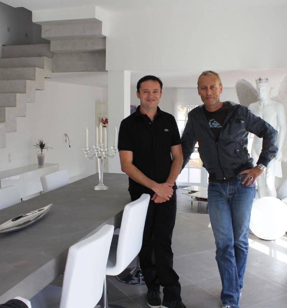 Le maire du Mas, Fabrice Lachenmaier (à gauche) , et son compagnon Jean-François Raiola, décorateur d'intérieur, dans leur maison au centre du village.