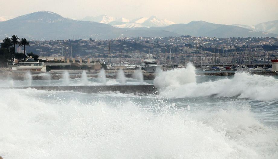 En février dernier, des vagues de deux mètres avaient déjà déferlé sur la route du bord de mer d'Antibes.