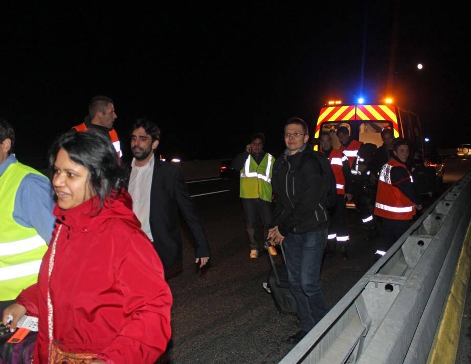 Sourire aux lèvres malgré la grosse frayeur, les passagers ont pu remonter dans une navette de secours, escortés par les agents d'Escota.