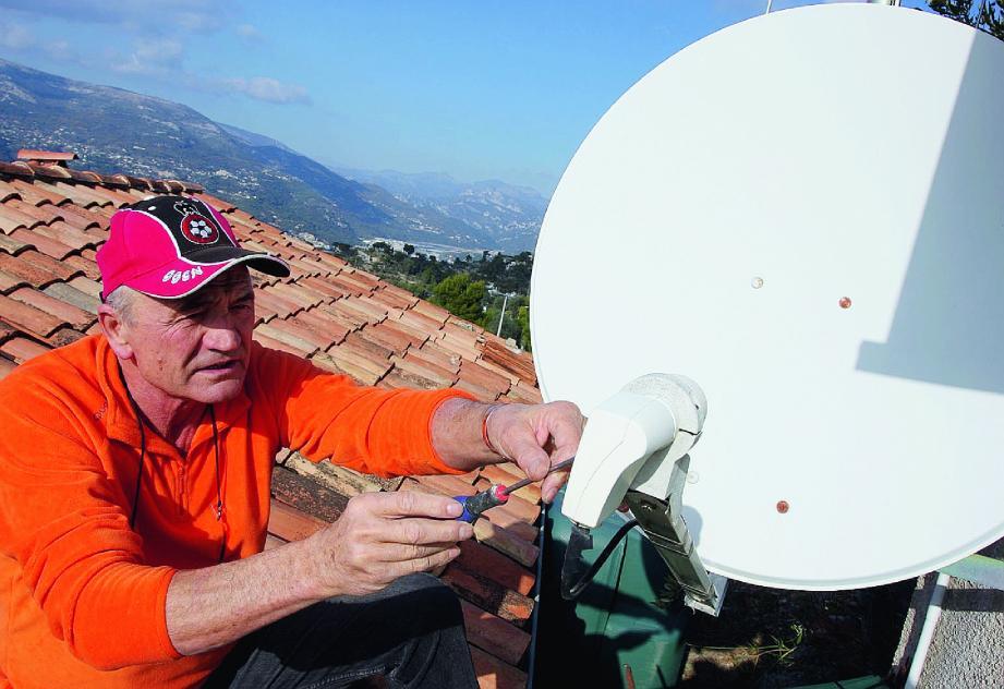 À Aspremont, Rémi Vendetti a choisi la réception satellitaire pour pallier aux interférences estivales des télés italiennes, semble-t-il dues aux conditions météo.