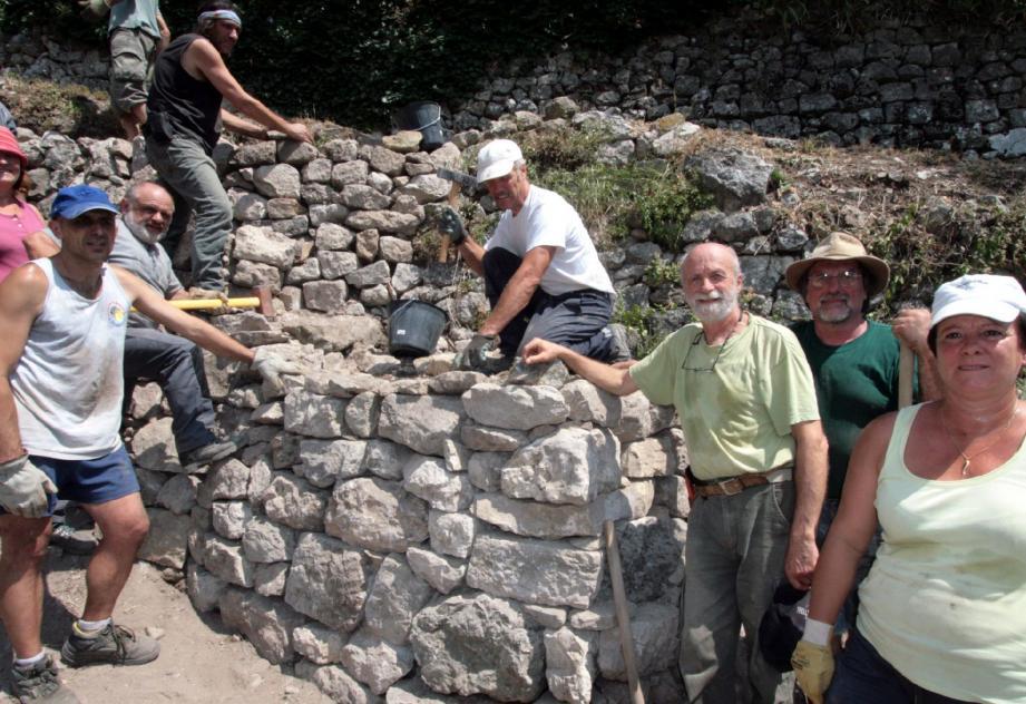 Un mur en pierre sèche remonté par les stagiaires lors d'une journée de formation de la précédente session à Peillon-village.