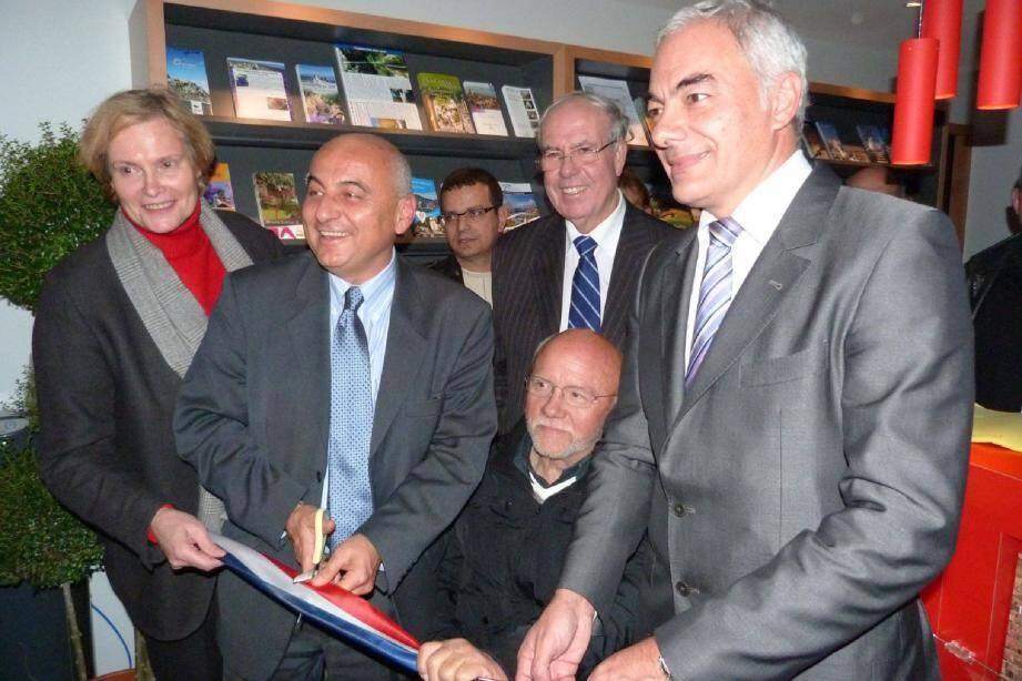 Le sénateur maire a coupé symboliquement le ruban, entouré notamment de Dominique-Claire Mallemanche et Patrick Allemand.