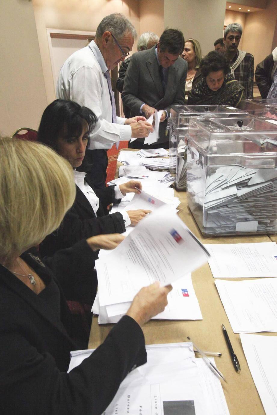 A l'hôtel Plaza, les bulletins de vote ont été examinés jusqu'à 3 heures du matin, sous le regard attentif des journalistes.