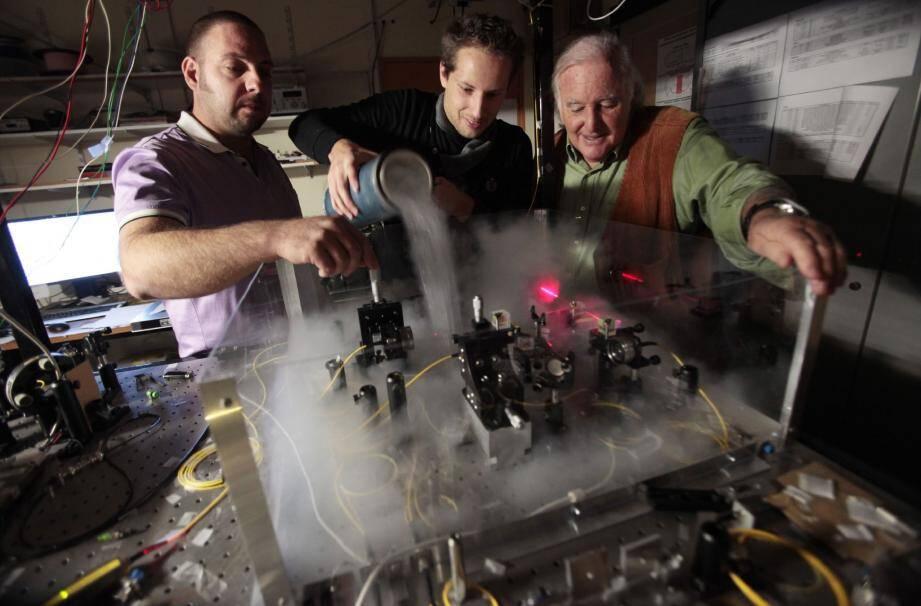 Sébastien Tanzilli, Florian Kaiser et Daniel Ostrowsky « manient » des photons au Laboratoire de Physique de la Matière condensée de Nice. (Ph. F. Fernandes)
