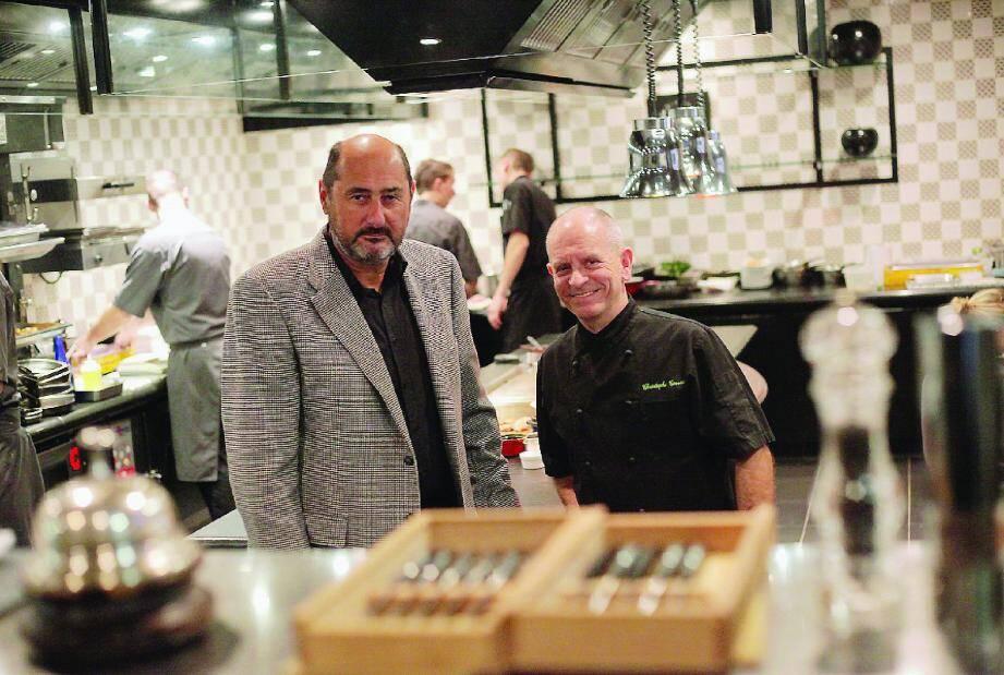 Serge Hairabétian et le chef Christophe Cussac dans la cuisine du restaurant Joël Robuchon de l'hôtel Métropole de Monaco.