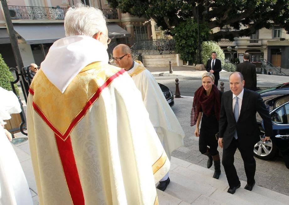 Le prince Albert II et la princesse Charlène ont été accueillis par le curé de la paroise, Carlo Adams. Sur le parvis les attendaient, le vicaire général René Giuliano et le père Penzo.