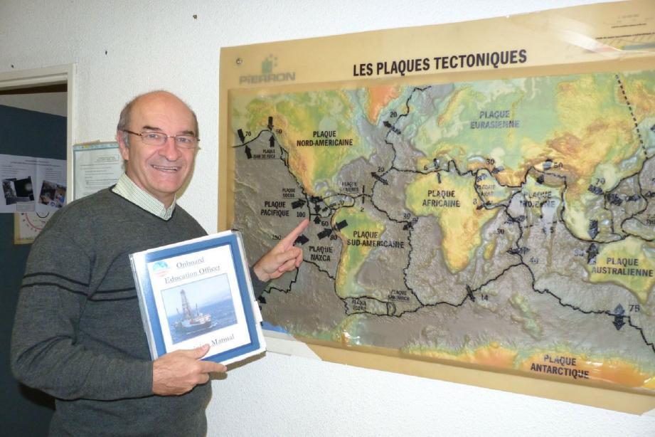 Jean-Luc Bérenguer avec le manuel d'education officer devant la zone d'exploration prévue dans le Pacifique.