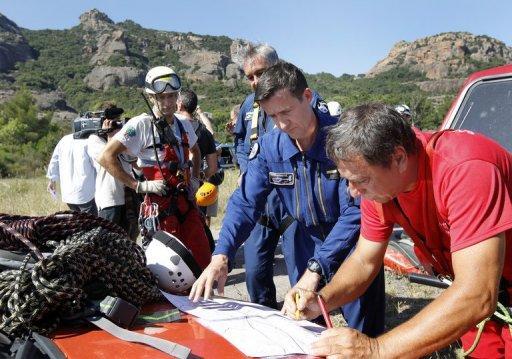 Des gendarmes et des pompiers à la recherche de Xavier Dupont de Ligonnès aux alentours de Roquebrune-sur-Argens (sud-est de la France), le 28 juin 2011