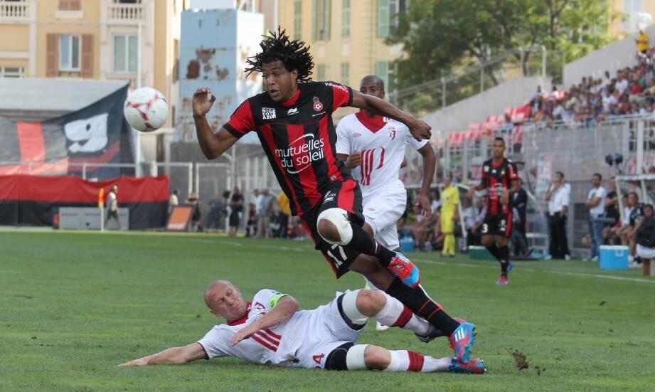 Kevin Anin qui déborde Florent Balmont : contre le LOSC (45 minutes), son unique apparition cette saison en Ligue 1 avec l'OGC Nice.