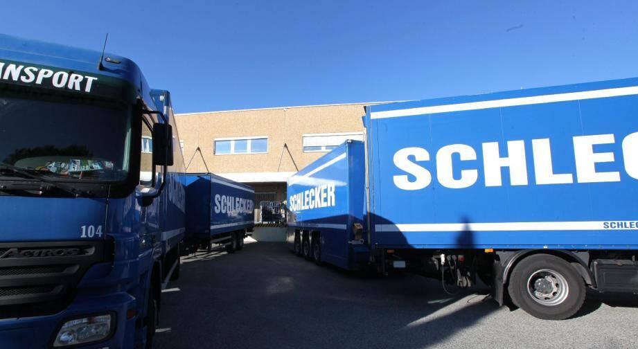 Les camions partent chaque jour du dépôt logistique du Muy pour alimenter les drogueries de la région.