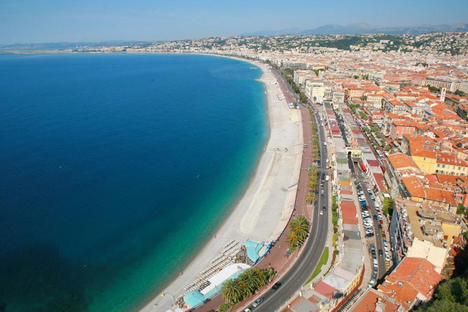 L'arrondi parfait de la baie des Anges est souvent la première image que l'on a en arrivant sur la Côte d'Azur.