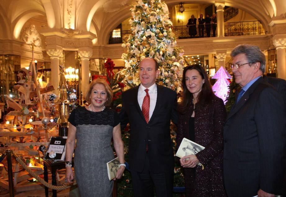 Le prince Albert II à son arrivée a été accueilli par Louisette Lévy-Soussan, la présidente et l'équipe d'Action Innocence Monaco.