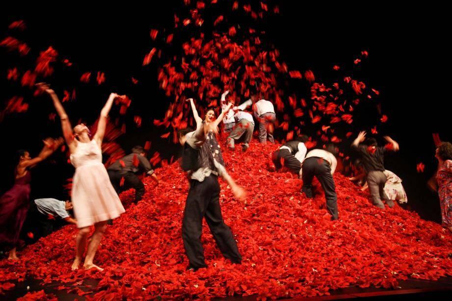 Du grand Pina Bausch, dansé par la troupe de son Ballet Théâtre de Wuppertal. Les danseurs ont fait voler les pétales de roses par brassées. Un