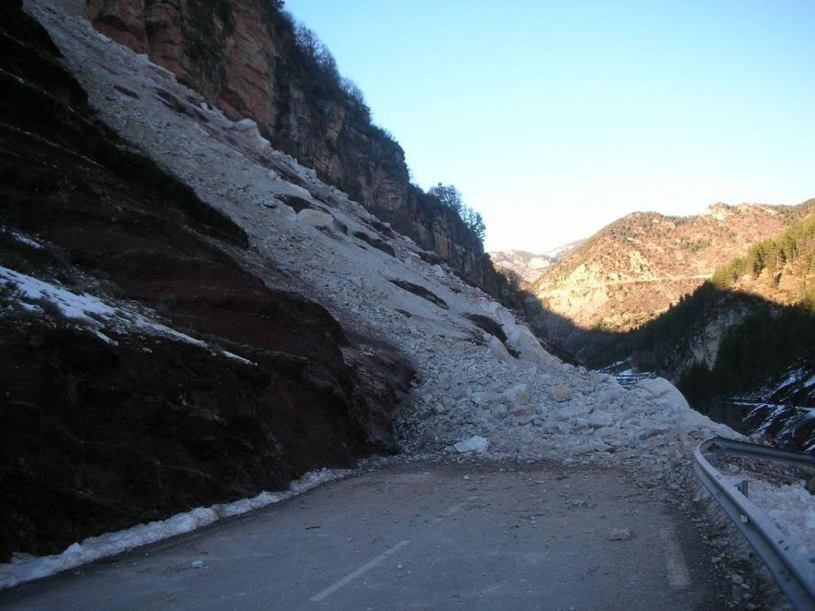 2 500 m3 de roche se sont effondrés de la falaise sur la chaussée.