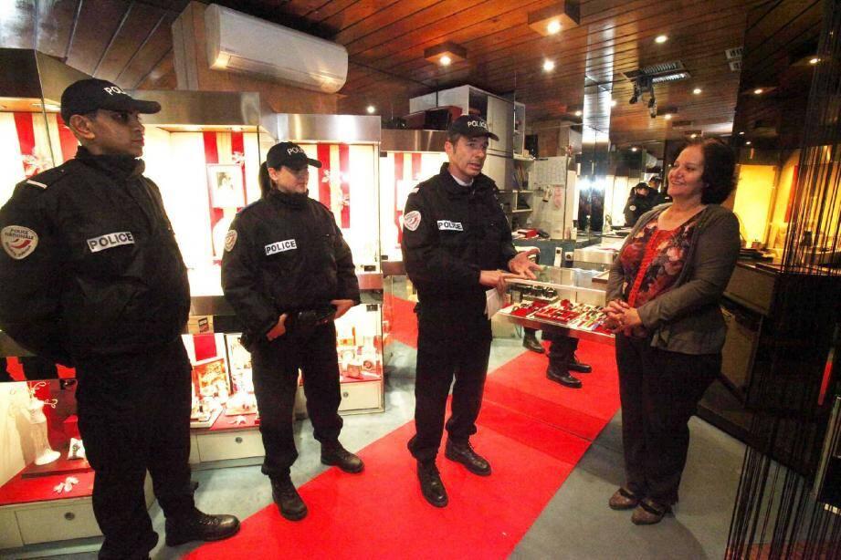L es patrouilles anti-hold-up sont l'occasion de rassurer et de conseiller les commerçants.
