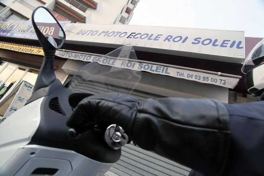 Les grilles de l'auto-école Roi Soleil 1, situé route de Saint-Jean à Antibes, sont baissées depuis plus d'une semaine.
