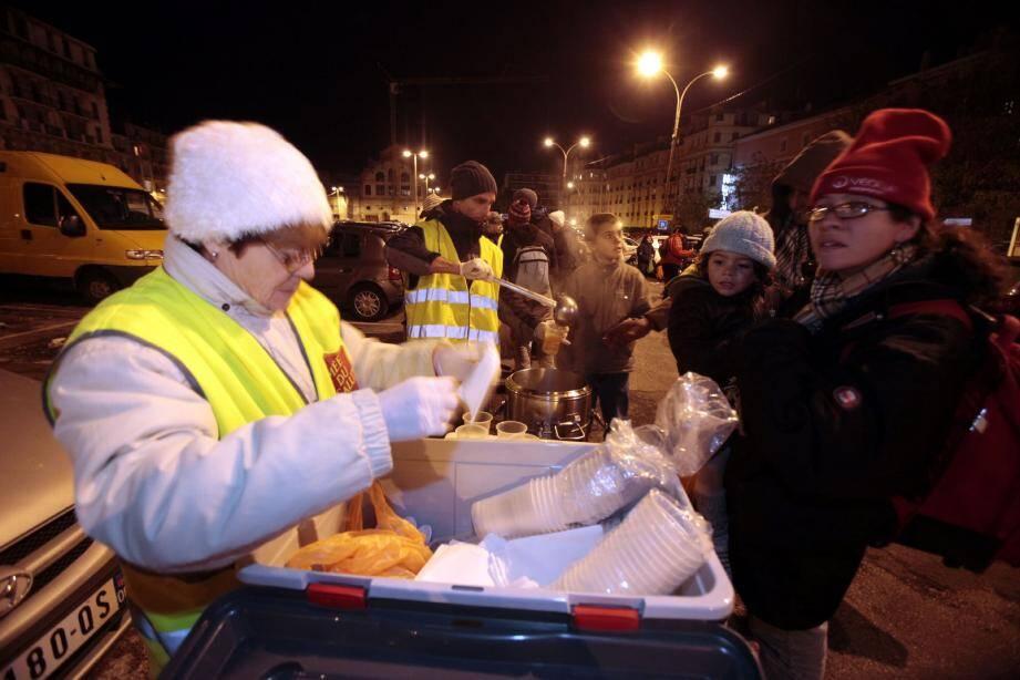 L'Armée du Salut organise à Nice une distribution alimentaire sur le parking de l'ancienne gare des Chemins de fer de Provence. De 160 à 190 personnes en grande précarité s'y pressent chaque mardi et vendredi soir.