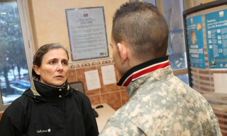 Interviewé au commissariat Foch, l'adjoint de sécurité agressé - ici avec le commissaire divisionnaire Fabienne Lewandowski - a préféré ne pas apparaître en photo afin de conserver l'anonymat.