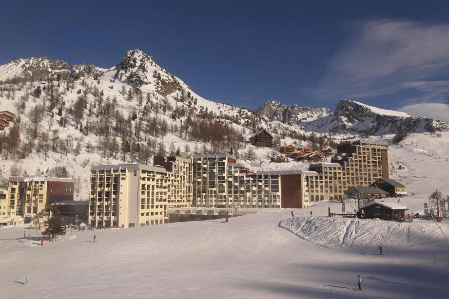 Côté hébergement, les skieurs ont le choix entre les immeubles qui surplombent la galerie marchande, des chalets en bois au bord des pistes ou des hôtels.