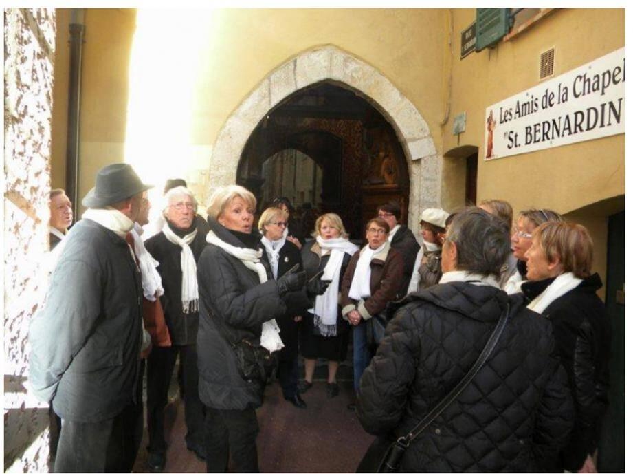 La Chourmo n'a pas pu chanter« à la hussarde » en la chapelle Saint-Bernardin, comme elle comptait le faire. Alors la chorale s'est produite, samedi, à l'extérieur de l'édifice.