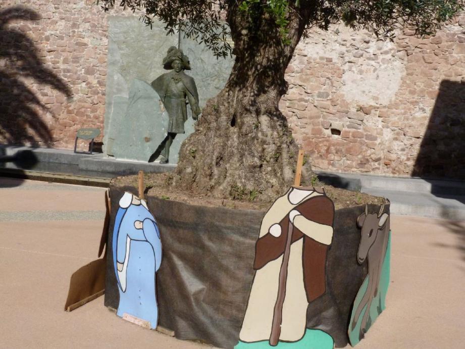 Les pauvres santons de Fréjus ont perdu leur tête. Un geste débile unanimement condamné.