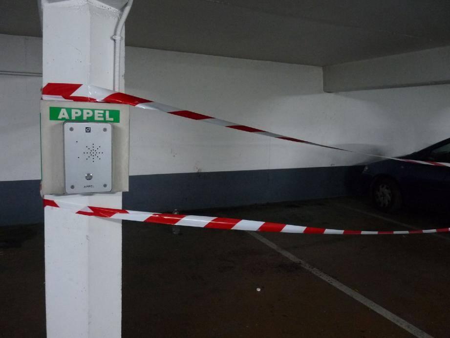 Deux jours après l'agression, la rubalise interdisait toujours aux voitures de se garer.