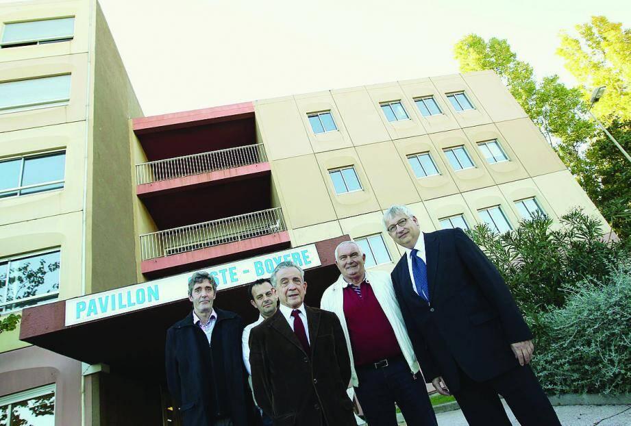 Une partie de l'équipe entoure le vice-président Bruno Ravaz (à droite) devant les locaux de l'université privée, à l'hôpital Clemenceau.