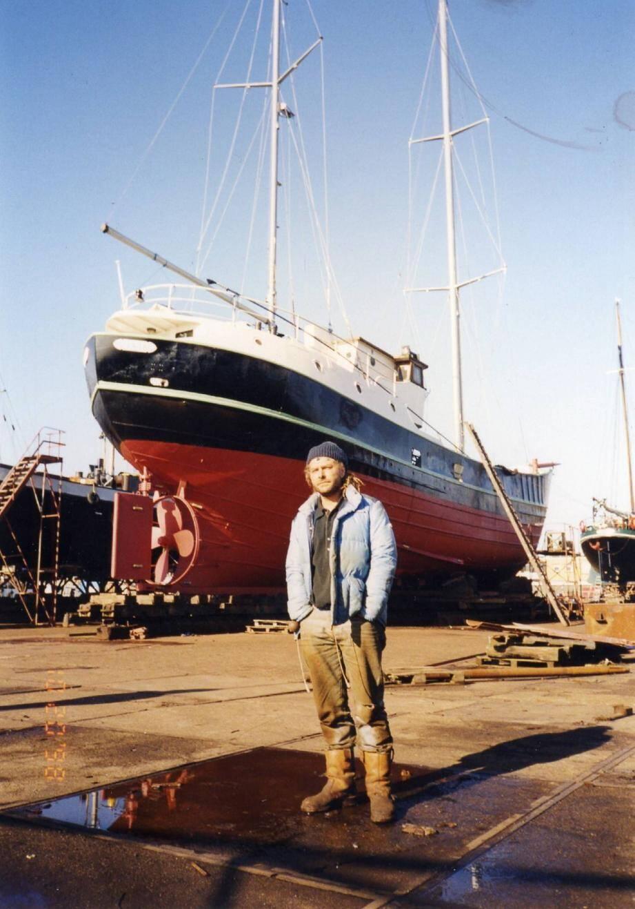 Eric Sommer, devant son bateau de 28 mètres de long, le Protinus.