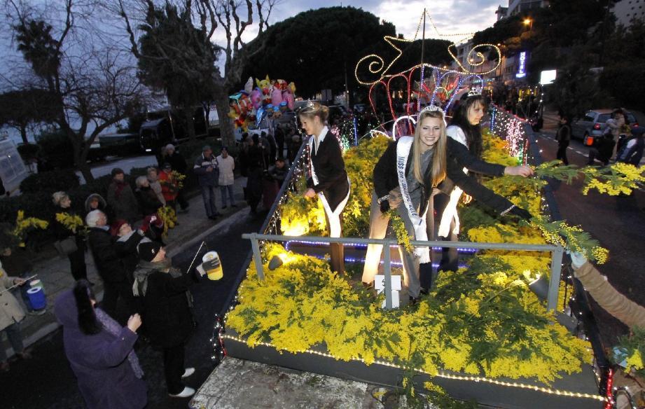 La veille du corso, Aurélie Cassabois, Ségolène Birien et Sarah Zeghdallou avaient distribué du mimosa aux Maximois. Sauf que le lendemain, la fête avait été gâchée... Les conditions du concours des Miss 2013 ont ainsi été revues.
