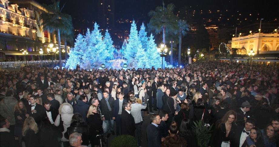 Le 31 décembre, à minuit, la place du Casino était particulièrement bondée. Parmi les touristes, beaucoup d'Italiens. Les Moyen-Orientaux, également venus nombreux, étaient plus discrets dans les établissements de luxe de la Principauté.