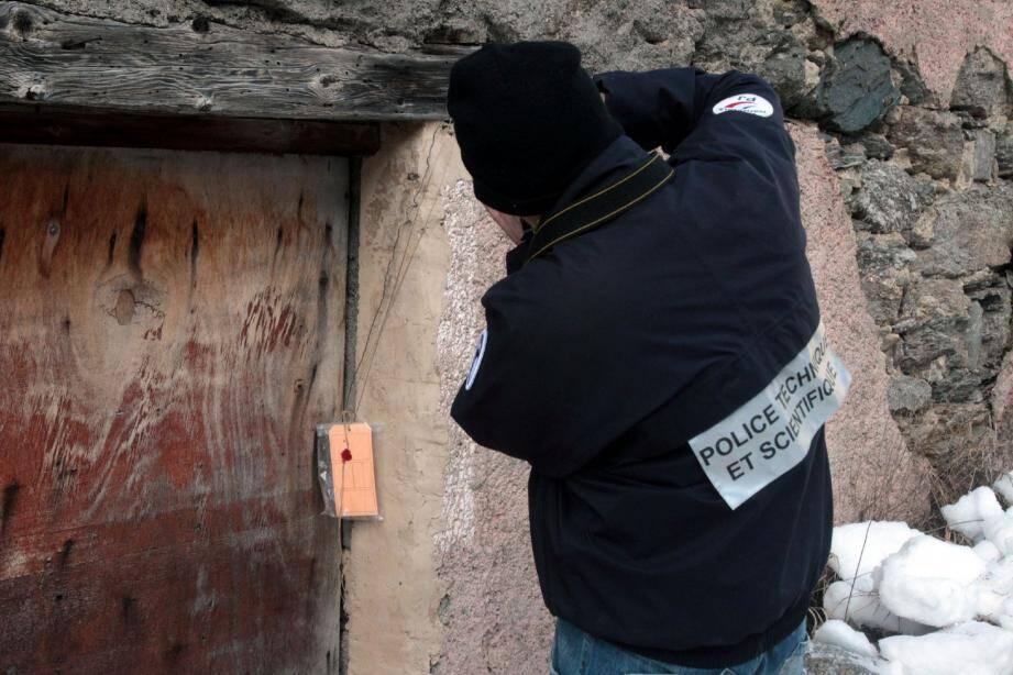 Les policiers de la PJ de Nice et de la police scientifique ont placé sous scellés le chalet abandonné dans lequel reposait le corps de Mayeul.